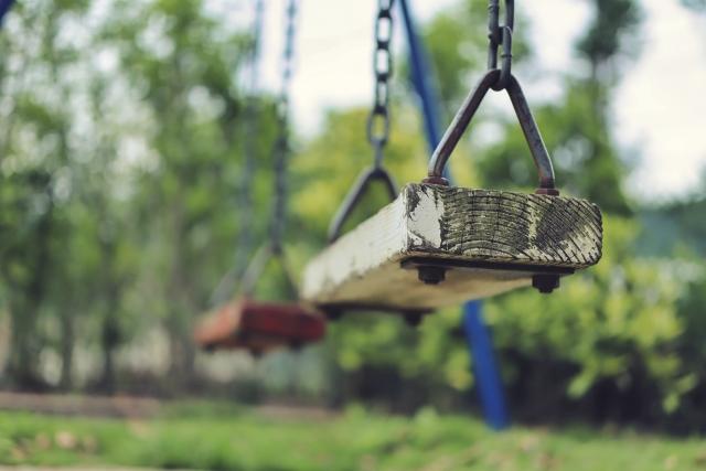 公園の遊具の定番ブランコ