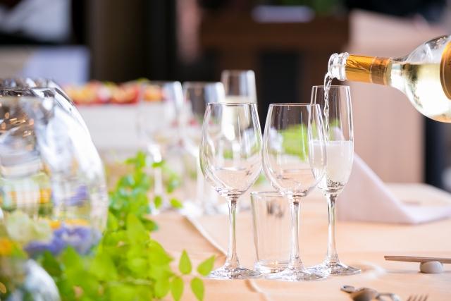 ホテルのグラスに注がれるシャンパン