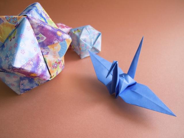 雅な和柄の千代紙で折った青い折り鶴