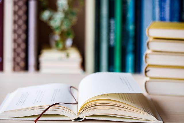 机に広げられた分厚い本