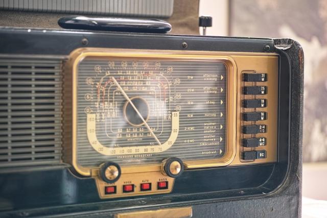 古ぼけた真空管ラジオ