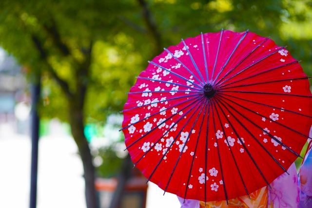 赤い和傘をさした女性の後姿