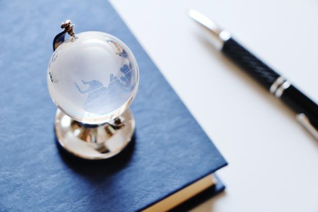 本とペンと地球儀の置物
