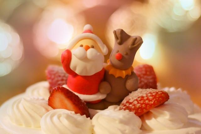 サンタとトナカイの乗ったクリスマスケーキ
