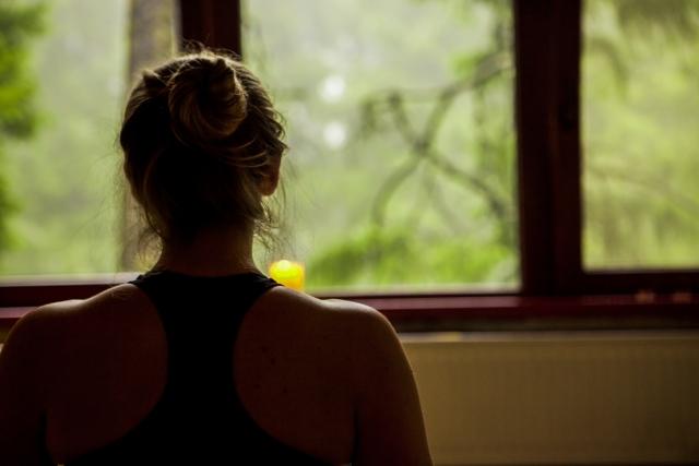瞑想する女性の後ろ姿