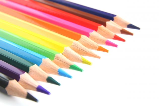 一列に並んだ色えんぴつ