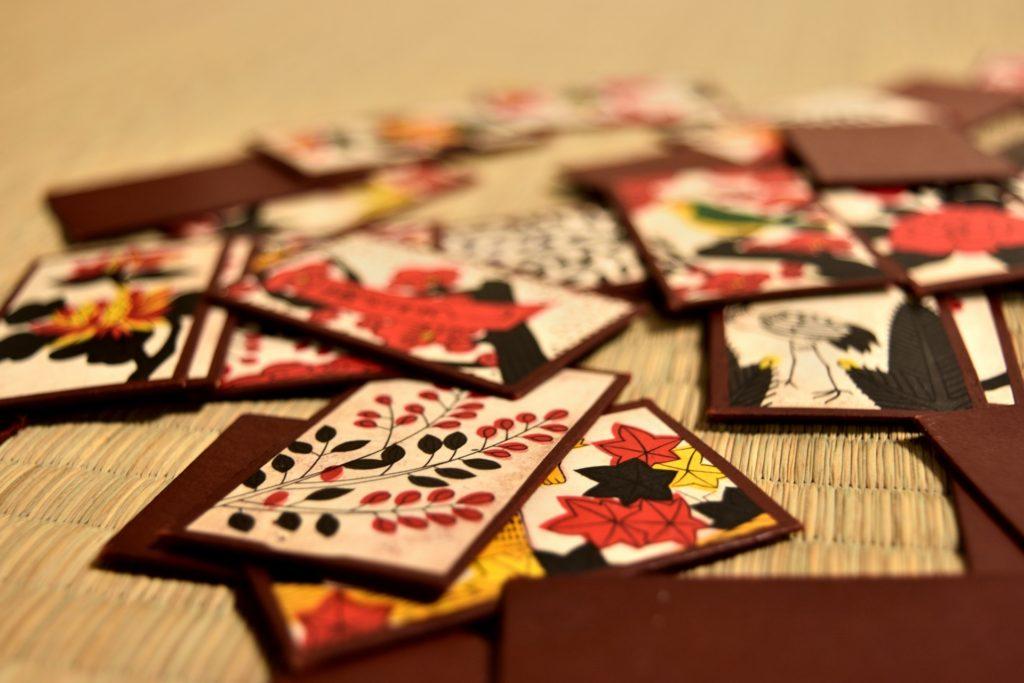 畳に散りばめられた花札の写真
