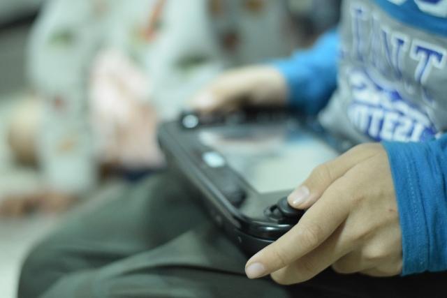 任天堂のWiiUで遊ぶ少年の写真