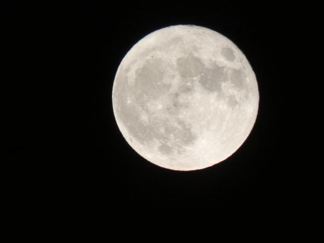 闇夜に浮かぶ満月