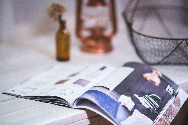 テーブルに広げられた雑誌