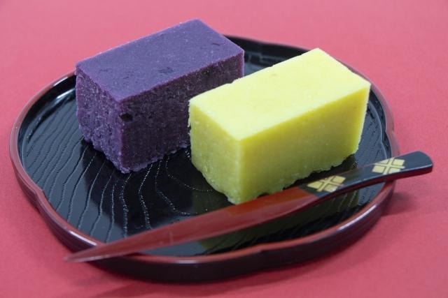 さつまいもを練って作った和菓子の芋ようかん2つ