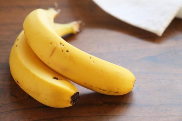 テーブルに置かれた黄色のバナナ