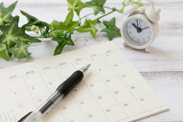 カレンダーとペンと時計と