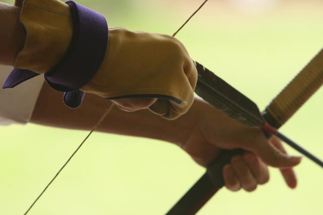 矢を引き絞る弓道家