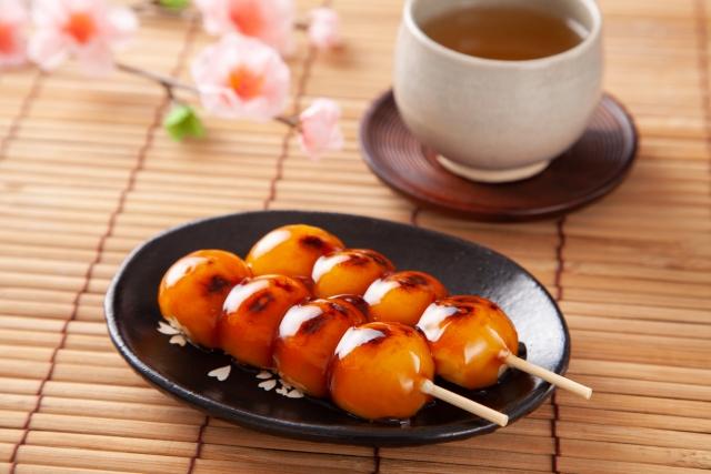 お茶に添えられた和菓子の定番、みたらし団子