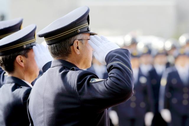 敬礼する警察官たち