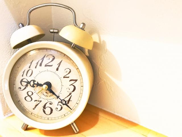 時を刻む目覚まし時計