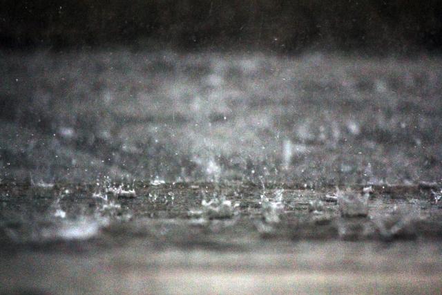 アスファルトに降り注ぐ雨