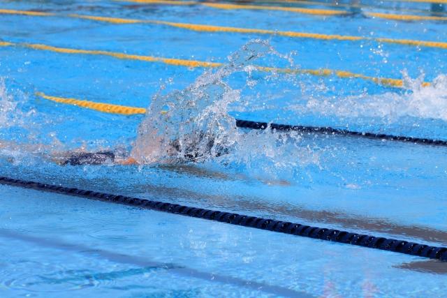 プールを泳ぐ水泳選手