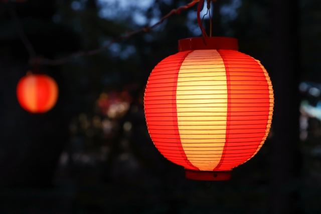 闇夜に明るく浮かぶ祭りの提灯