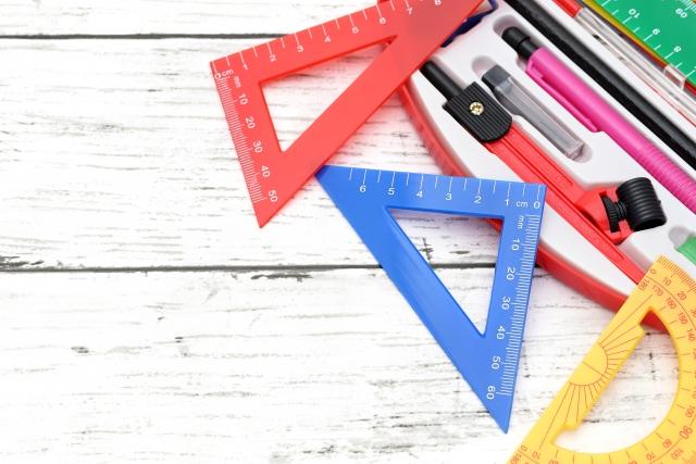 三角定規をはじめとする文房具