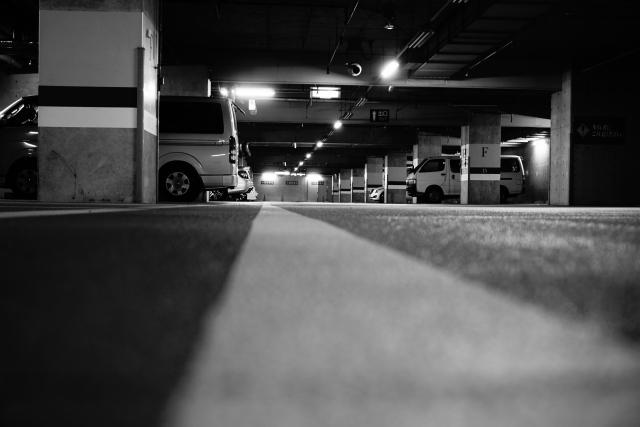 暗がりの地下駐車場