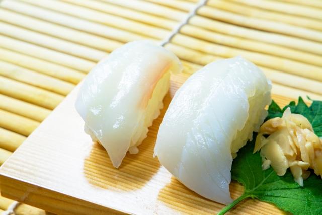 透き通るような見た目のイカのお寿司