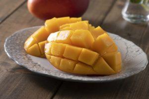 カットされた南国フルーツ「マンゴー」